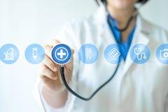 Médecin et infirmière de médecine travaillant avec les icônes médicales photographie stock