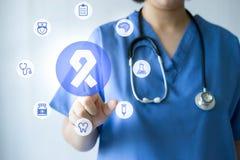 Médecin et infirmière de médecine travaillant avec les icônes médicales Images stock