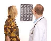Médecin examinant un patient Images libres de droits