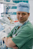 Médecin expérimenté dans ICU Photographie stock libre de droits