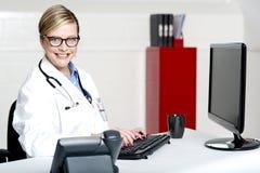 Médecin féminin à l'aide de l'ordinateur photographie stock