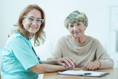 Médecin féminin aimable avec le patient photos stock