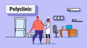 Médecin féminin avec le stéthoscope vérifiant la femme patiente de souffle dans l'hôpital de écoute uniforme de clinique d'homme  illustration stock