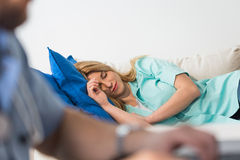 Médecin féminin dormant après décalage images stock