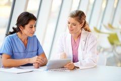 Médecin féminin et infirmière ayant le contact   photographie stock libre de droits