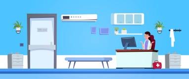 Médecin féminin Working On Computer dans le bureau d'hôpital Photos libres de droits
