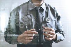 médecin futé tenant le monocle, stéthoscope, vue de face, fi Photo stock