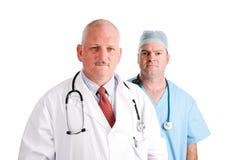 Médecin mûr et interne chirurgical image stock