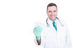 Médecin masculin tenant la boursouflure des suppositoires et du sourire Images libres de droits