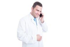 Médecin ou directeur masculin souriant et parlant au téléphone Photos stock