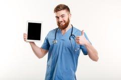 Médecin ou infirmière dirigeant le doigt au comprimé d'écran vide Image libre de droits