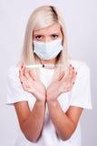 Médecin ou infirmière féminin dans le masque médical tenant la seringue avec l'inje Image stock
