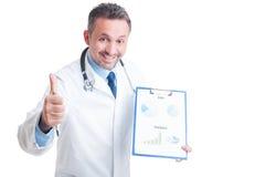 Médecin ou médecin montrant des ventes de médecine et la prévision financière photo stock