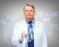 Médecin ou professeur calme avec le stéthoscope Images stock