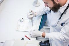 Médecin ou scientifique dans le laboratoire réalisant l'essai médical images stock