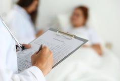 Médecin prêt à examiner et aider photo stock
