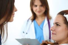 Médecin prêt à examiner et aider photographie stock
