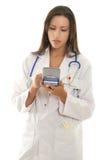 Médecin praticien à l'aide d'un dispositif portatif avec le softwa médical image libre de droits