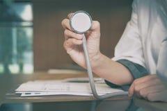 médecin praticien de médecin de docteur avec le stéthoscope à l'auscul images stock
