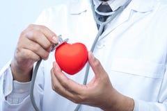 Médecin professionnel tenant un contrôle de stéthoscope sur a Photographie stock