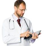 Médecin retenant un PC de tablette photo stock