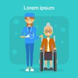 Médecin With Senior Woman sur le fauteuil roulant vieux Sit On Wheelchair Disability Concept de sourire handicapé féminin heureux Photo libre de droits