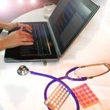 Médecin travaillant sur un ordinateur portable photos stock