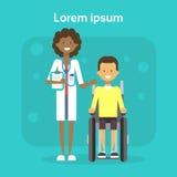 Médecin With Young Man sur le fauteuil roulant Sit On Wheelchair Disability Concept de sourire handicapé masculin heureux Photos libres de droits