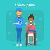Médecin With Young Woman sur l'Afro-américain heureux Sit On Wheelchair de sourire handicapé féminin de fauteuil roulant Image libre de droits