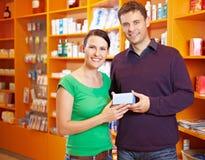 Médecine de achat de couples dans la pharmacie Photo stock