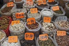 Médecine de fines herbes chinoise image stock