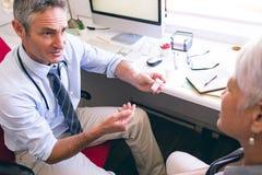 Médecine de prescription de docteur masculin à la femme supérieure image libre de droits