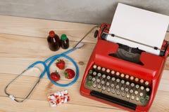 Médecine de prescription ou diagnostic médical - lieu de travail de docteur avec le stéthoscope bleu, pilules, machine à écrire r image libre de droits
