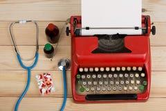 Médecine de prescription ou diagnostic médical - lieu de travail de docteur avec le stéthoscope, pilules, machine à écrire avec l photos stock