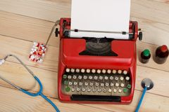 Médecine de prescription ou diagnostic médical - lieu de travail de docteur avec le stéthoscope, pilules, machine à écrire avec l image libre de droits