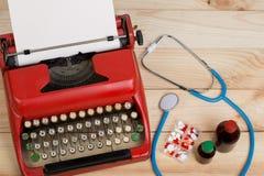 Médecine de prescription ou diagnostic médical - lieu de travail de docteur avec le stéthoscope, pilules, machine à écrire avec l images stock