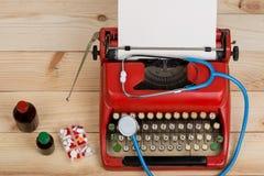 Médecine de prescription ou diagnostic médical - lieu de travail de docteur avec le stéthoscope, pilules, machine à écrire avec l photographie stock