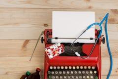 Médecine de prescription ou diagnostic médical - lieu de travail de docteur avec le stéthoscope, pilules, machine à écrire avec l photos libres de droits