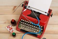 Médecine de prescription ou diagnostic médical - lieu de travail de docteur avec le stéthoscope, pilules, machine à écrire avec l photo stock