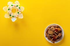 Médecine et pilules chinoises d'herbe de pousse de studio de vue supérieure sur le fond jaune photos libres de droits