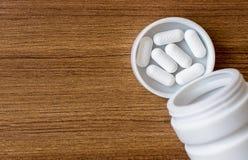 Médecine ou pilules sur une bouteille Photo libre de droits