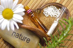 Médecine parallèle avec les pilules de fines herbes Photo stock