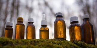 Médecine parallèle, herbes - collection de brun de bouteille image libre de droits