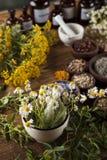 Médecine parallèle, herbes sèches et mortier sur le dos en bois de bureau photo stock