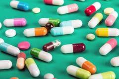Médecine pharmaceutique et capsules de différentes pilules de couleur Photographie stock libre de droits