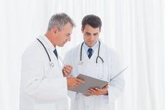 Médecins analysant des résultats ensemble Images stock