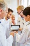 Médecins analysant ECG Photos stock