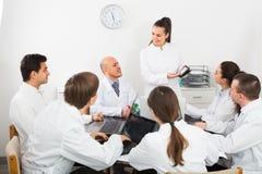 Médecins au colloque dans la clinique Photographie stock