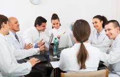 Médecins au colloque dans la clinique Photos libres de droits