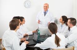Médecins au colloque dans la clinique Photo libre de droits